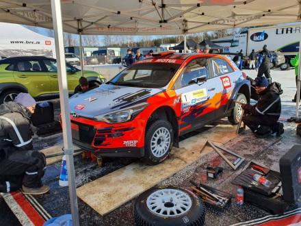 Mecánicos comprobado los neumáticos de un Hyundai i20 R5 en el campeonato del CER