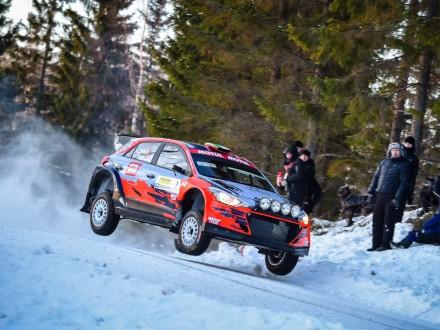 El Hyundai de Craig Breen en una carrera sobre nieve