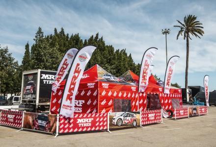 Una carpa de MRF Tyres montada para el campeonato de España