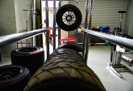 Un conjunto de ruedas MRF Tyres de tipo ZLO en un taller