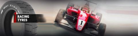 Un coche de fórmula 3 patrocinado por MRF Tyres