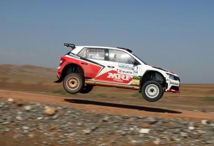 Un Skoda pilotado por Gill Gaurav y copilotado por Macneall Glenn patrocinado por MRF Tyres en un salto en un rally de tierra en China