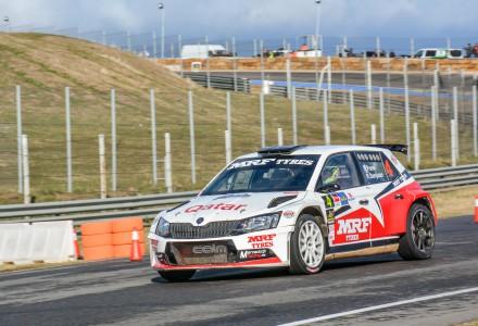 Un Skoda pilotado por Xavi Pons y copilotado por Rodrigo San Juan patrocinado por MRF Tyres en un circuito