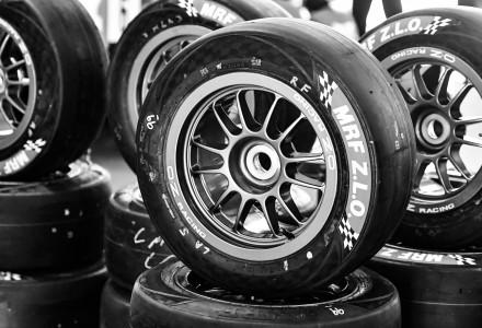 Un conjunto de ruedas MRF Tyres de tipo ZLO en blanco y negro